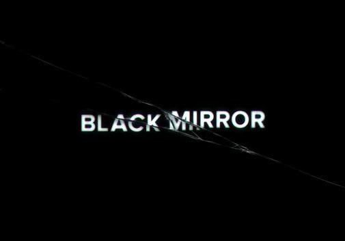Créditos de la serie con el título roto por efecto de una grieta en la pantalla