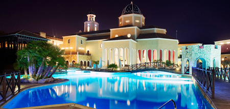 Zona de baño y restaurante hotel villaitana