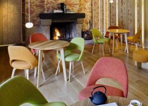 Cafetería con muebles de madera y paredes enteladas