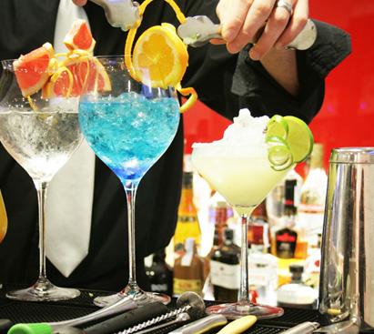 Barman preparando combinados