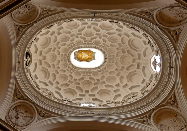 Cúpula barroca con formas geométricas