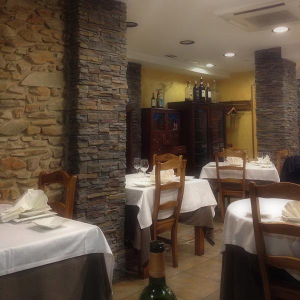Sala del restaurante decorada en estilo rústico