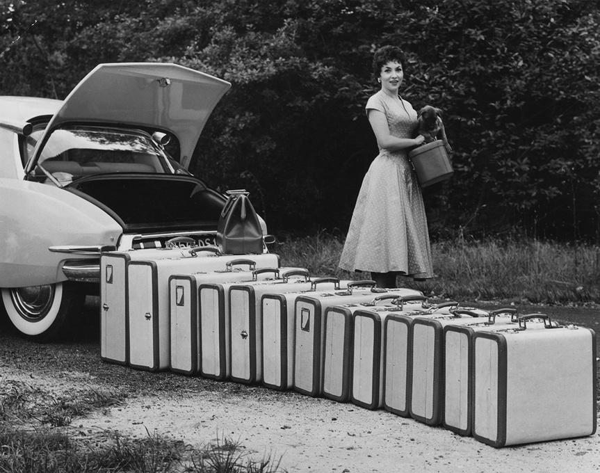 Gina Lollobrígida con un montón de maletas