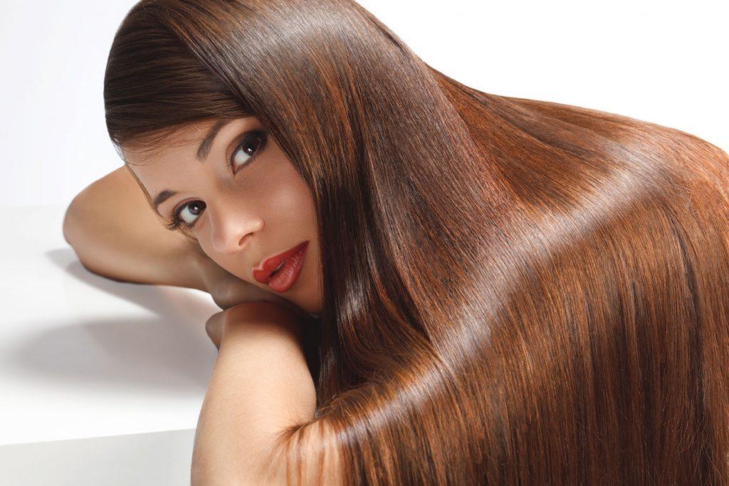 chica con el pelo alisado con enzimoterapia