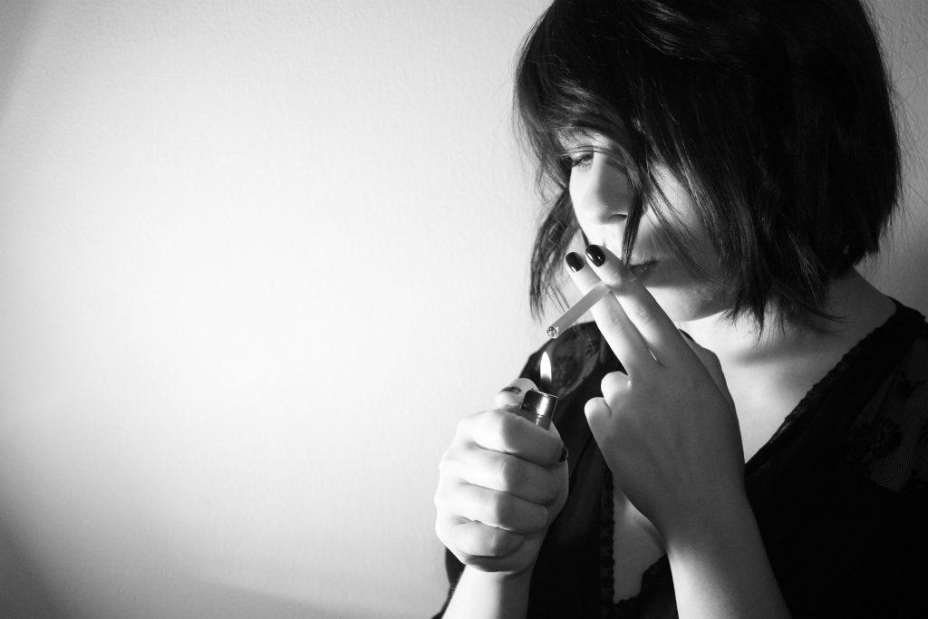 mujer que no conoce un buen método para dejar de fumar