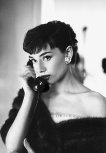 Audrey Hepburn con estola de piel negra