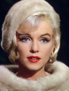 marilyn Monroe luciendo complementos de invierno