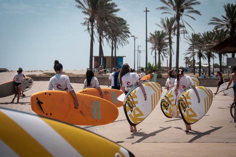 gente con tablas de surf