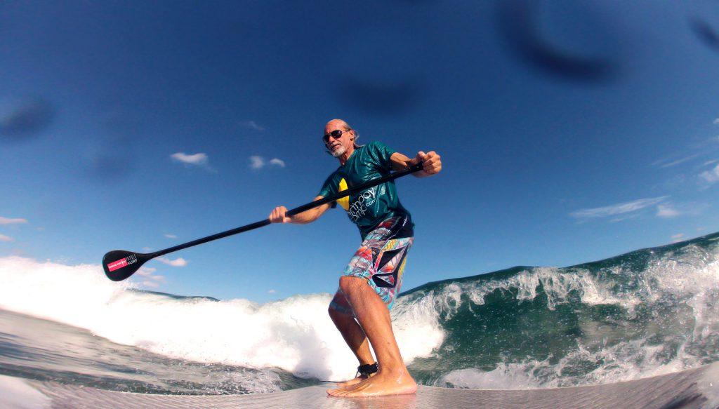 hombre practicando paddle surf en la Patacona Playa