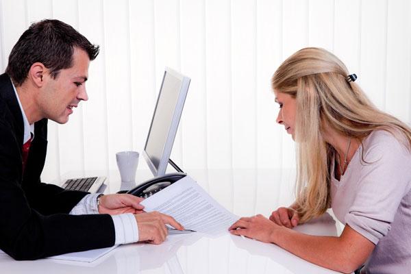 asesores laborales en Peñíscola asesorando a una emprendedora
