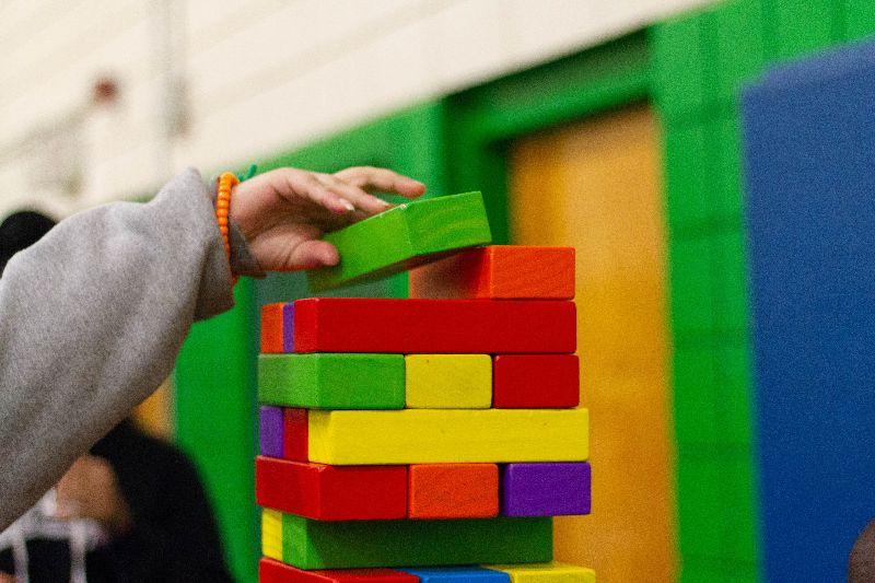 niño en guardería con bloques de construcción
